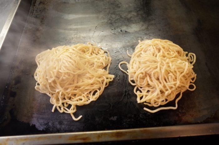 ラーメンの新世界・焼き麺は玉子も目玉焼きだった!