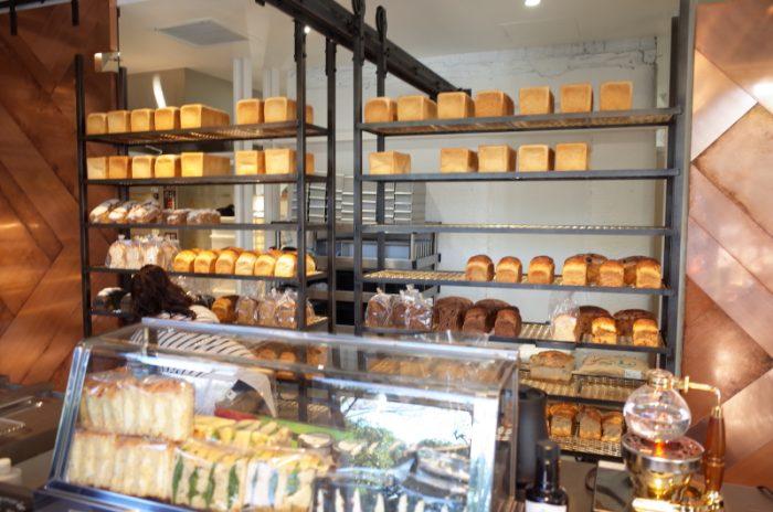 流行の食パン専門店。7種類もあるから悩む