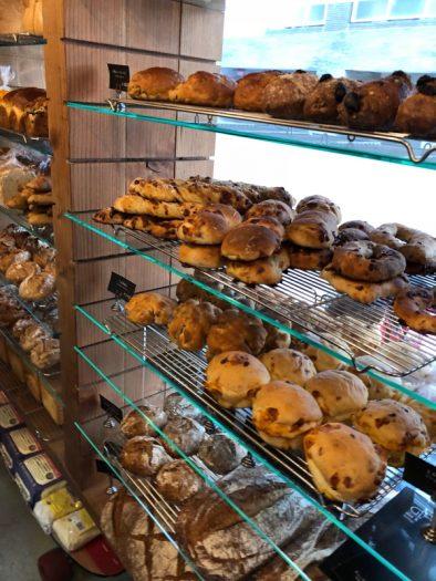 コラボ惣菜パンが並ぶ下町のパン屋さん